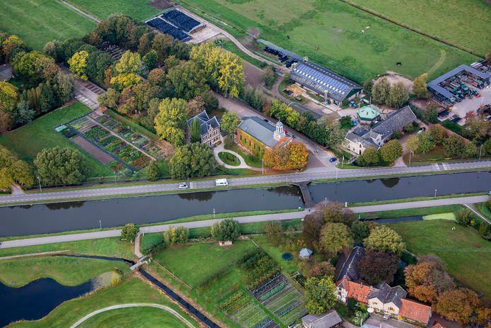 Luchtfoto van Buitenplaats Hodenpijl (midden, links van de kerk van Op Hodenpijl) aan de Rijksstraatweg in Schipluiden.