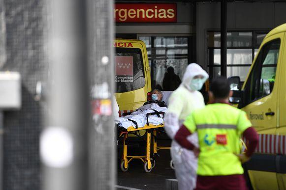Een man wordt naar het La Paz-ziekenhuis in Madrid gebracht.