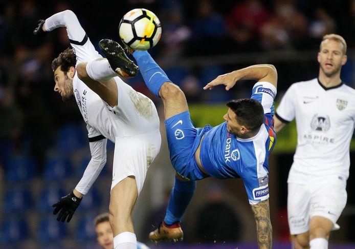Nikos Karelis probeert op spectaculaire wijze te scoren met een omhaal tegen Eupen.
