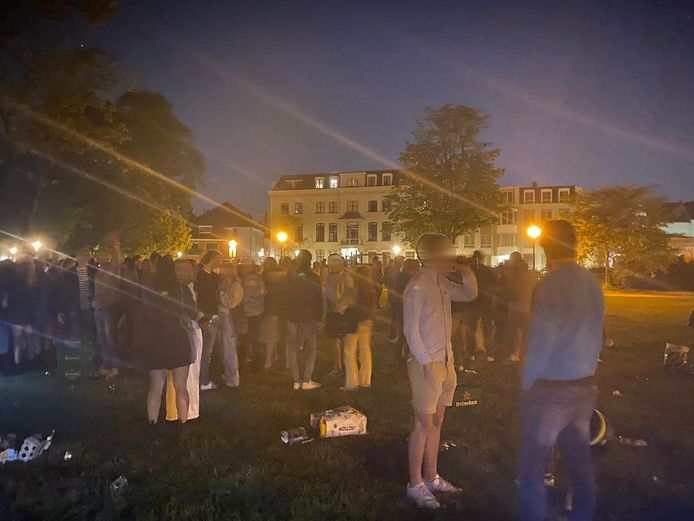 Een grote groep jongeren kwam eerder deze maand bij elkaar in park Lepelenburg.
