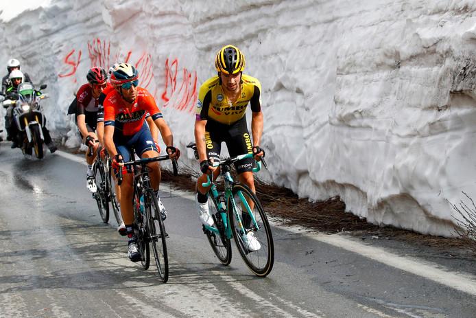 Primoz Roglic (r) en Vincenzo Nibali weigeren samen te werken in de achtervolging.