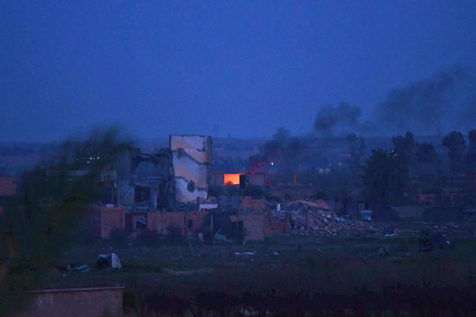 De laatste rookwolken stijgen op uit Baghouz in het oosten van Syrië.