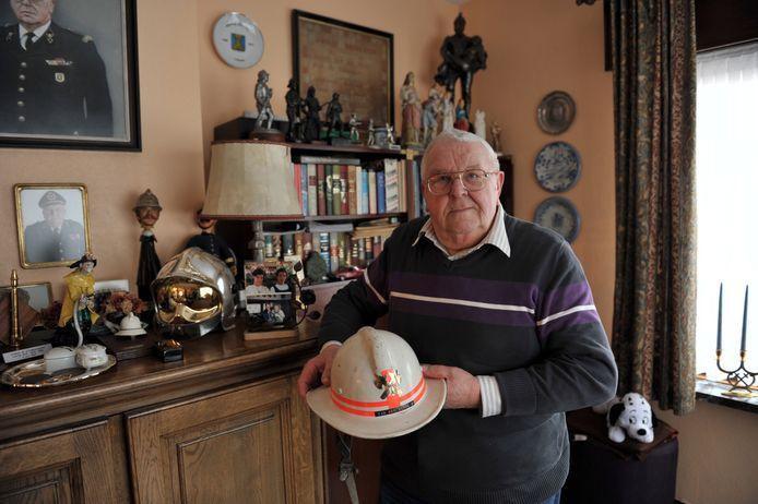 Oud-brandweercommandant Gustaaf Van den Berge in zijn huis vol herinneringen