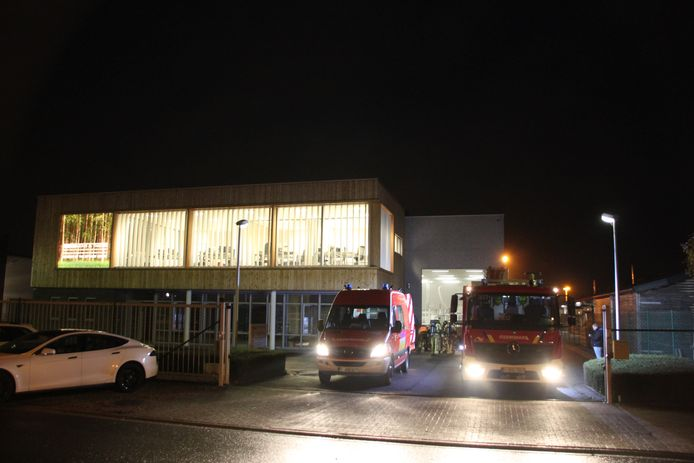 De brandweer bij het bedrijf.