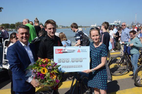 Robbe Claas werd vrijdag in de bloemetjes gezet als 500.000ste passagier van de Waterbus.