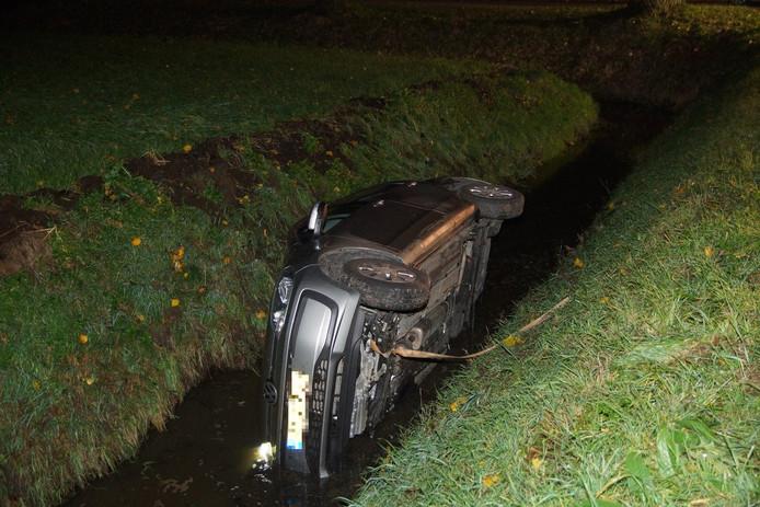 Auto belandt in sloot in Sprang-Capelle
