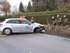 Lesauto tegen boom in Deurne