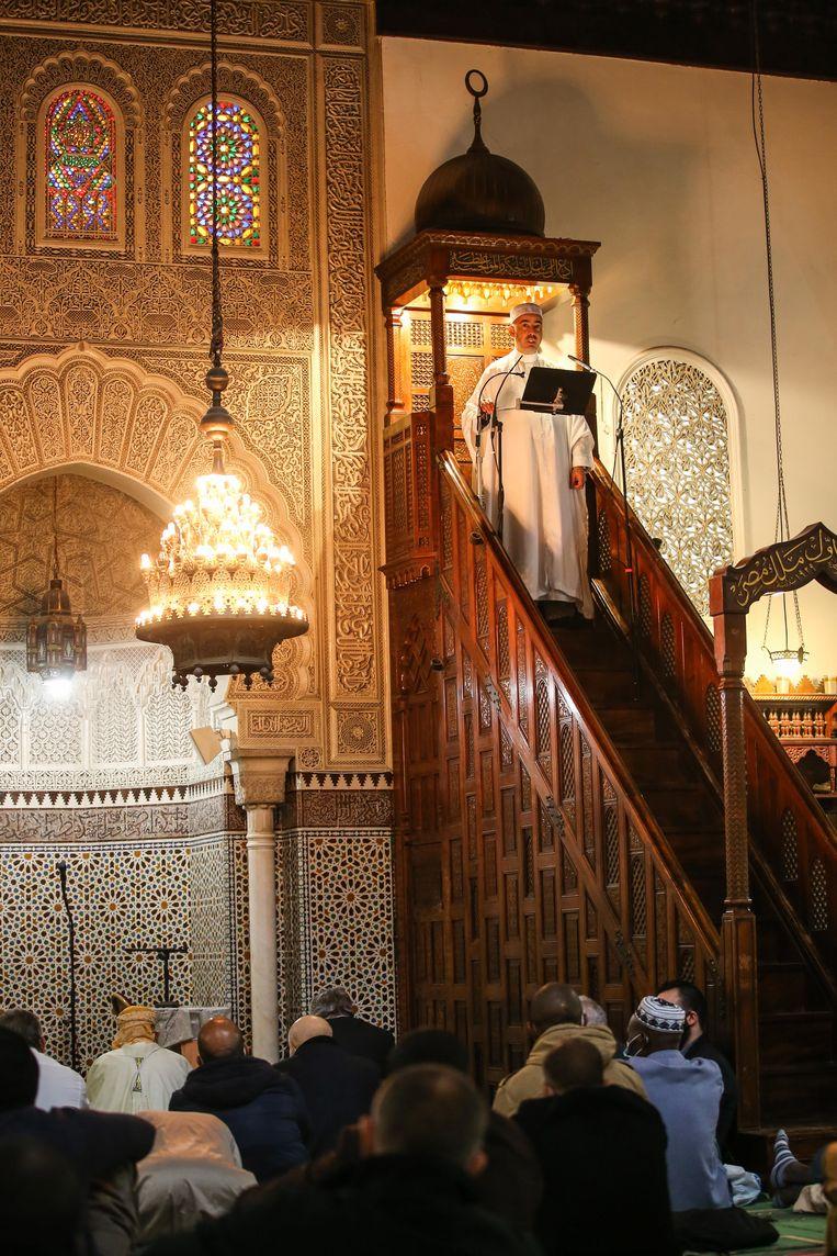 Dienst in de Grande Mosque in Parijs. Beeld EPA