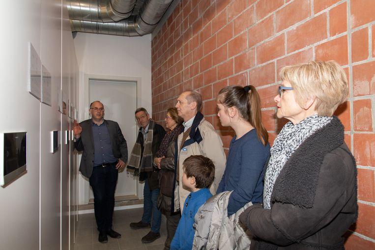 Ook de kelderruimte kon bezocht worden, met de burgemeester die uitleg verstrekte.