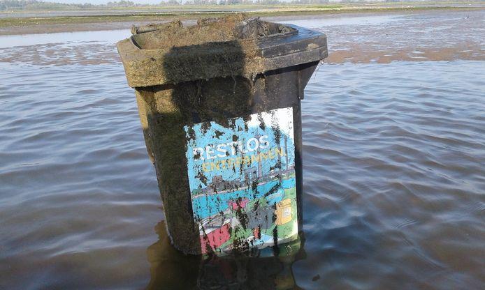 De kliko werd in het water en gevuld met slib aangetroffen.