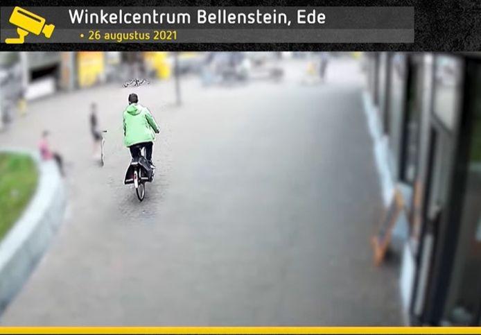 De verdachte van een tasjesroof eind augustus in winkelcentrum Bellestein in Ede op camerabeeld dat is vrijgegeven door de politie.