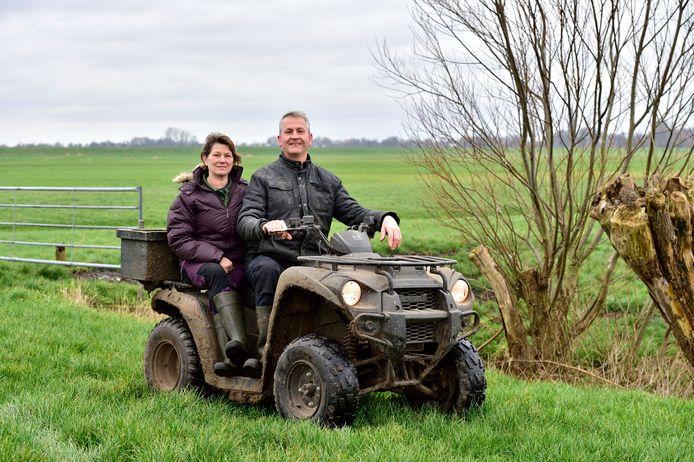 Frank en Karina Luijben gaan in het voorjaar per quad altijd op zoek naar nesten van weidevogels op hun land.