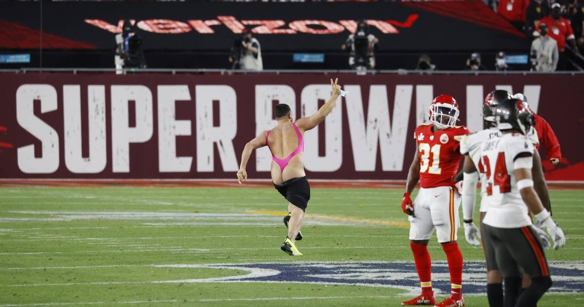 La belle percée d'un streaker en maillot rose au Super Bowl - 7sur7