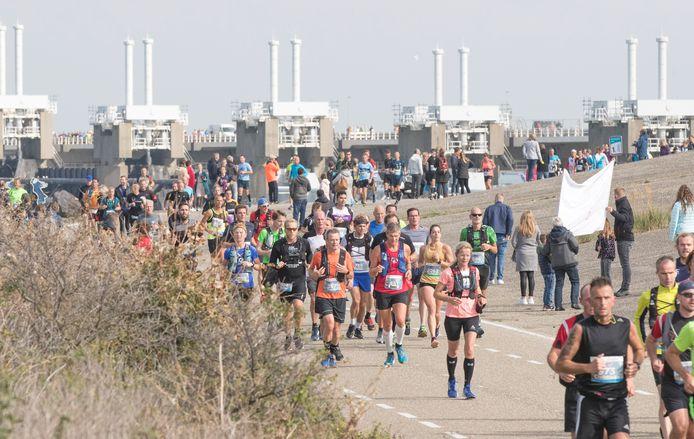 Marathonlopers op de Stormvloedkering bij de editie van 2019, de laatste die doorging.