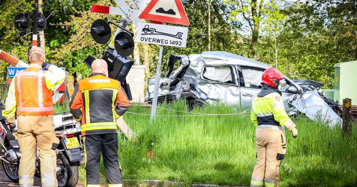 Man omgekomen bij aanrijding tussen auto en trein in Groningse Glimmen.