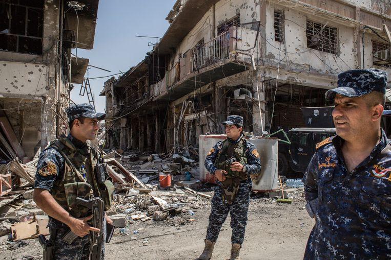 ► Leden van de Iraakse Federale Politie patrouilleren in wat overblijft van West- Mosoel. Beeld Hawre Khalid
