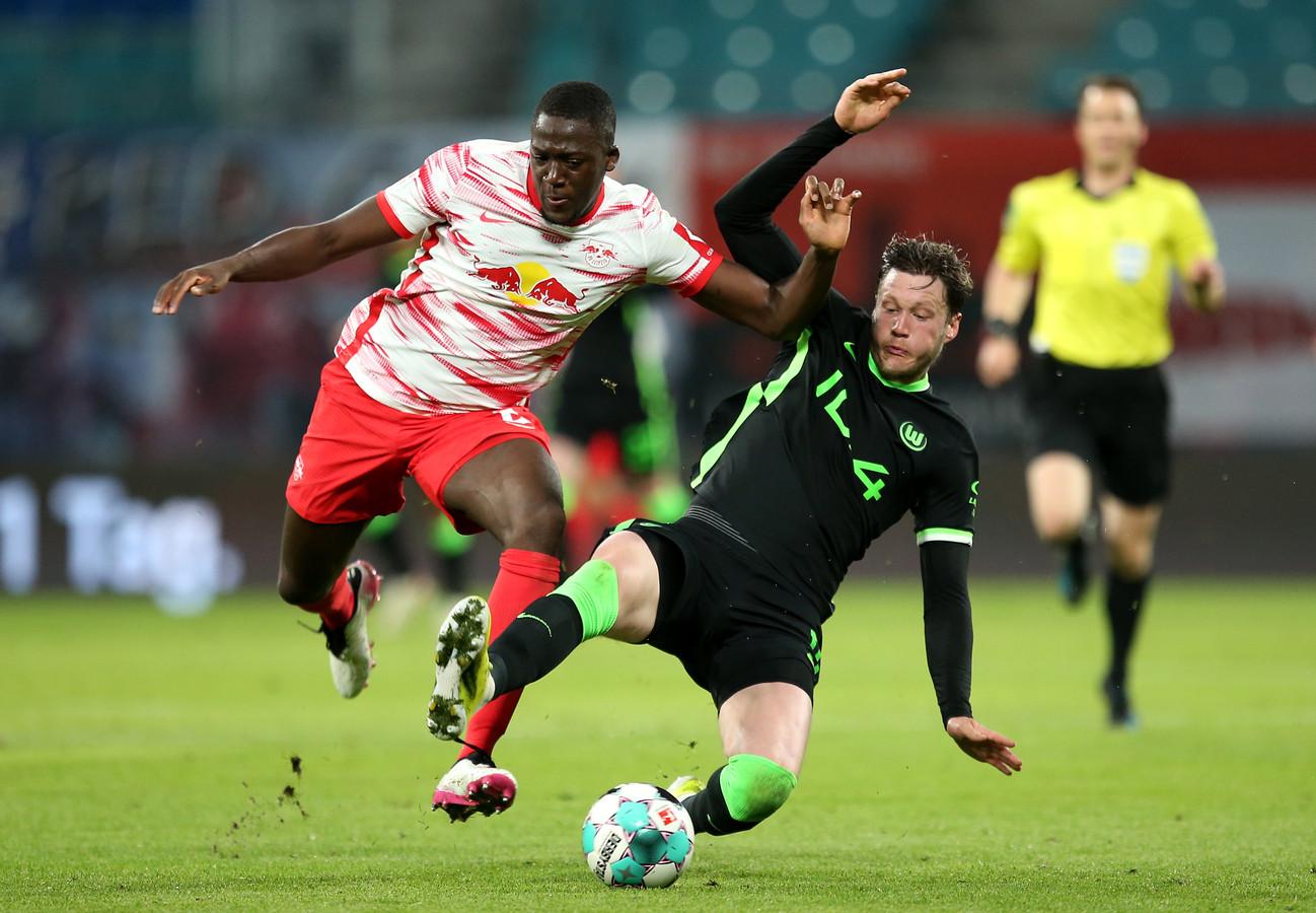 Wout Weghorst in duel met Ibrahima Konate van RB Leipzig.