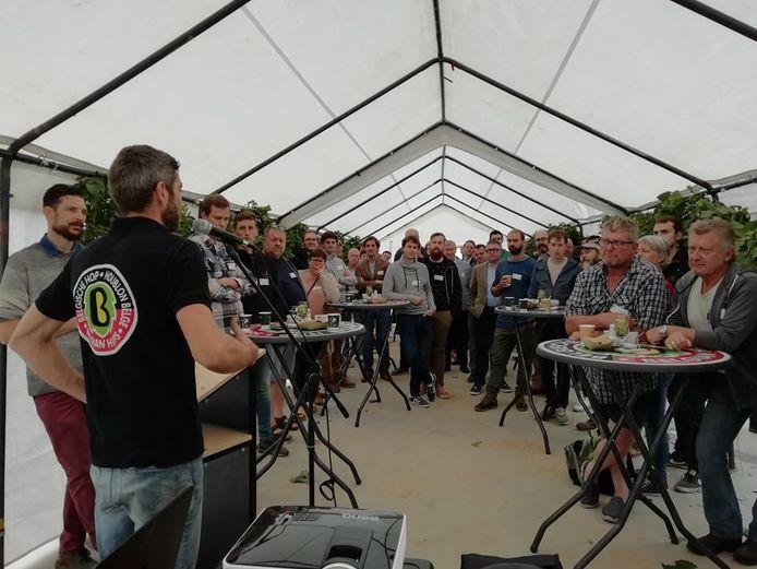 POPERINGE Een bezoek aan het hedendaagse familiehopbedrijf 'Belhop' van Annebel Vandenbroucke en Bart Boeraeve (foto), het vernieuwde hopbedrijf van Paul en Daan Soenen en het eigentijdse biohopbedrijf van Joris Cambie stond op de planning tijdens 'Toeren langs Hopboeren'.