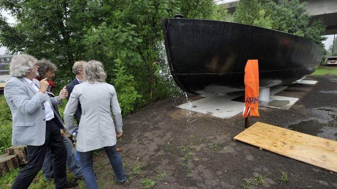 De champagnefles spat uiteen op de ponton. Foto Gerard Burgers