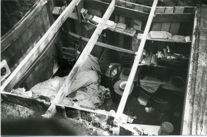 De ondergrondse schuilplaats, nadat na het oprollen ervan in het Hoonesbos de afdekking was verwijderd.