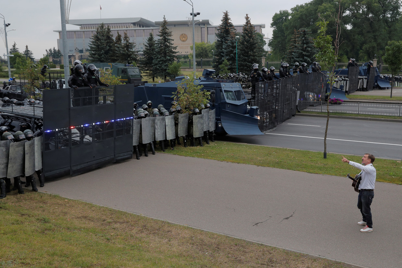 Een demonstrant staat tegenover ordetroepen in de Belarussische hoofdstad Minsk.