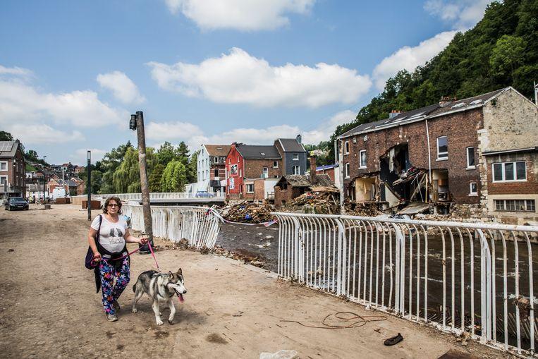 Een vrouw loopt langs de puinhopen in Pepinster. Beeld Aurélie Geurts