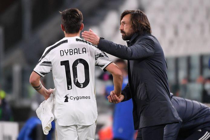 L'entraîneur de la Juventus, Andrea Pirlo, avec son joueur Paulo Dybala.