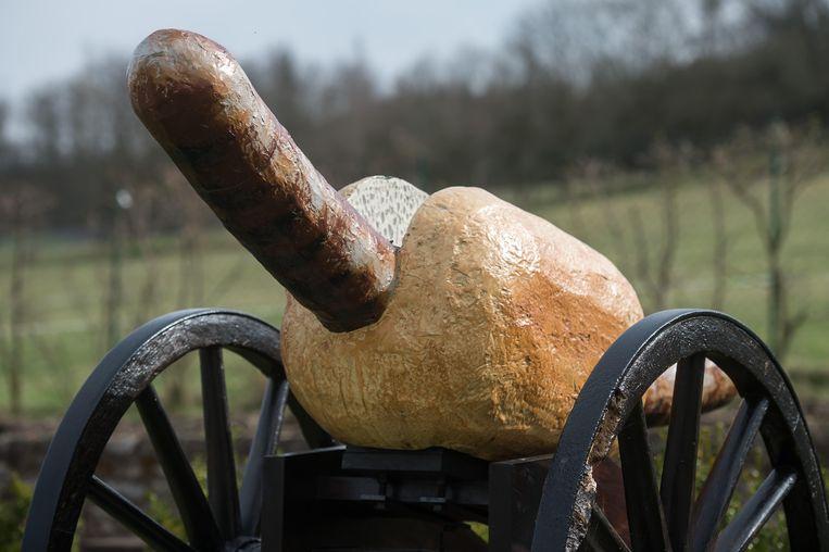 Een kanon in de vorm van een 'Thüringer Rostbratwurst'. Beeld AFP