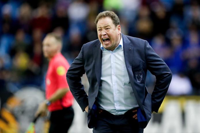 Leonid Sloetski zit vol emotie tijdens de wedstrijden van Vitesse.