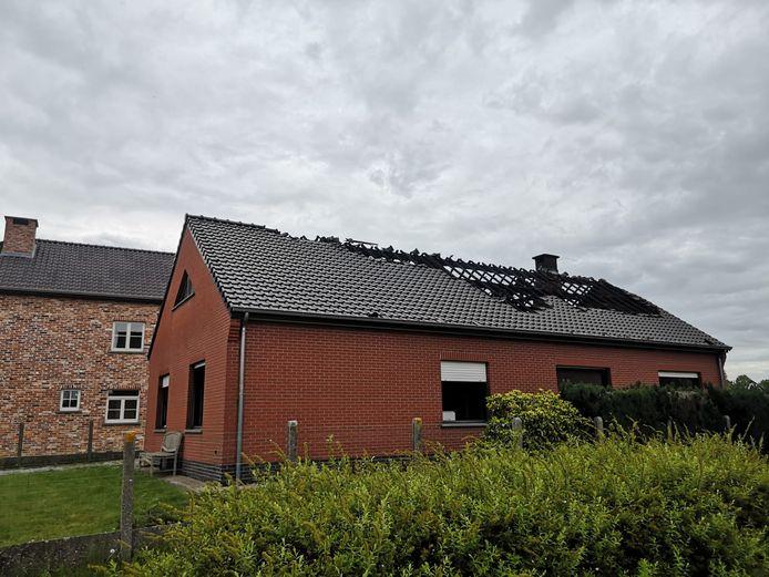 HEIST-OP-DEN-BERG - De schade na de brand was aanzienlijk. In de woning was er veel rook- en waterschade. Het dak raakte gedeeltelijk beschadigd.