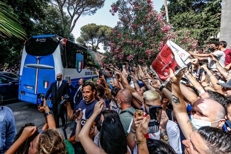 Het Italiaans voetbalelftal vertrekt van het Parco dei Principi Hotel in Rome voor de huldiging. Beeld EPA
