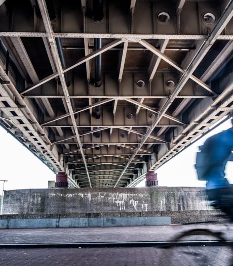 Giftige verf naast Waalbrug op John Frost en brug A50