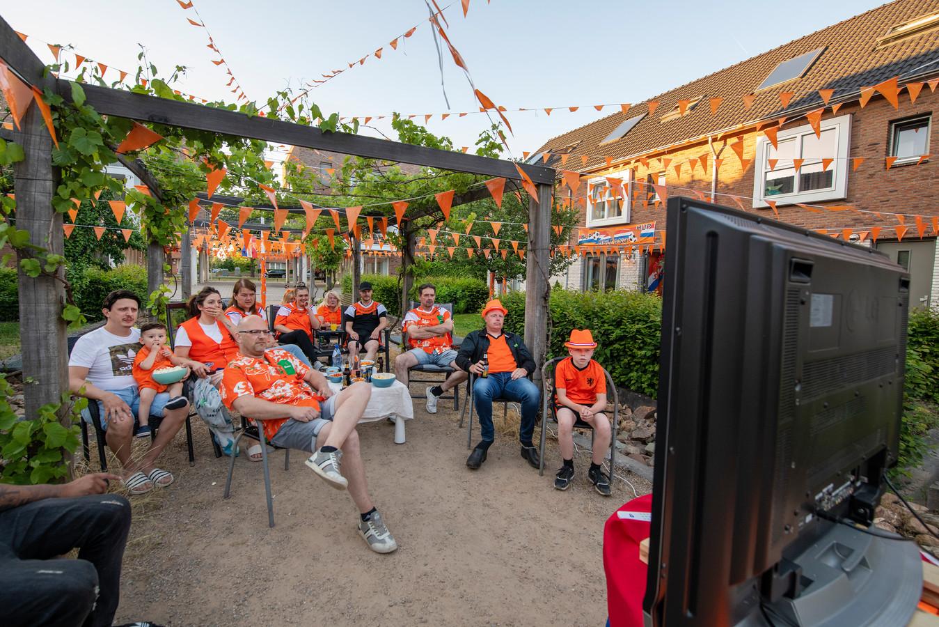 Voor een speciaal gekocht tweedehandsje samen het openingsduel van Oranje bekijken. De bewoners van een hofje aan de Apeldoornse Ravenweg...