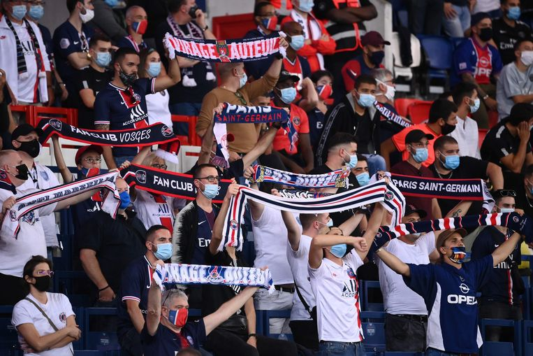 Paris Saint-Germain supporters holds scarves  during the French L1 football match between Paris Saint-Germain (PSG) and Marseille (OM) at the Parc de Princes stadium in Paris on September 13, 2020. (Photo by FRANCK FIFE / AFP) Beeld AFP