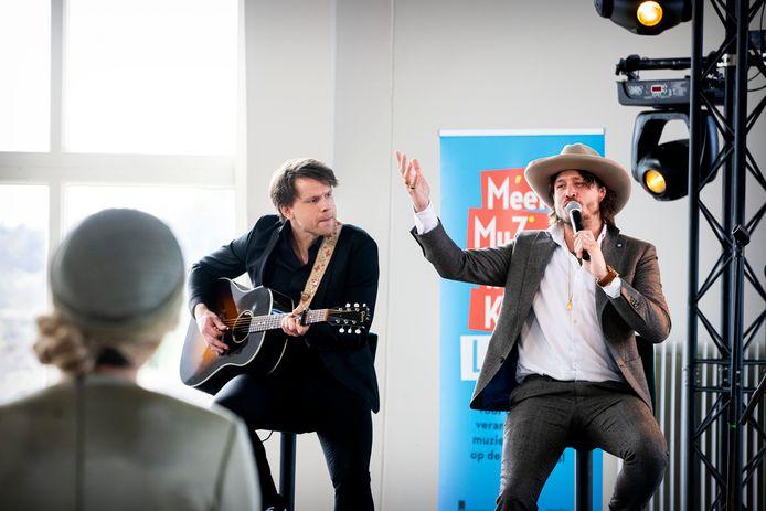 Rob Dekay zingt voor koningin Máxima in het zendgebouw van Radio Kootwijk