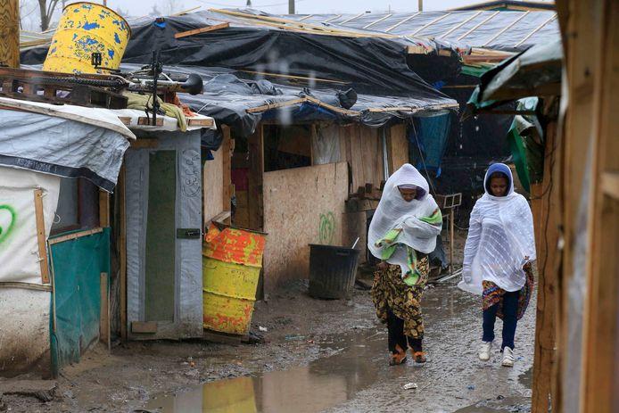 Vrouwen in het deel van het vluchtelingenkamp 'the jungle' in Calais dat eerstdaags ontruimd zou worden.