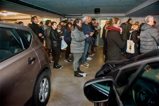 Deelnemers aan eerdere editie van de Rosmalense dorpkwis bekijken een film, onderdeel van de geheime opdracht, in een parkeergarage aan de Nieuwstraat in Rosmalen. Dit jaar gaat de dorpskwis van Rosmalen niet door vanwege de coronaregels.