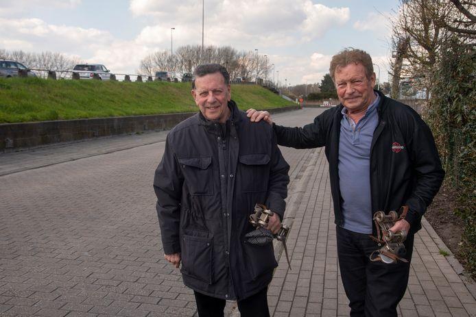Willy en André Raes op de plek waar het voor hen allemaal begon als jonge rolschaatsers aan de Scheldebrug in Wetteren.