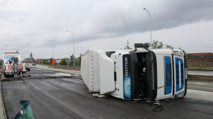 Vrachtwagen kantelt op brug Boudewijnlaan, weg urenlang afgesloten