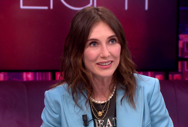 Carice van Houten op de bank bij talkshow 'Jinek'