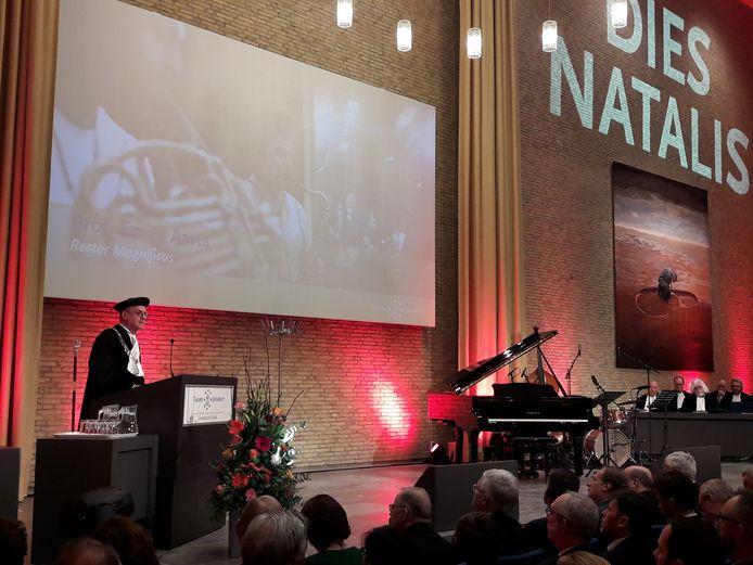 Rector Emile Aarts spreekt zijn rede uit in de aula.