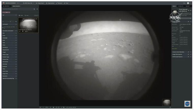 De eerste foto teruggestuurd naar aarde door de Mars-missie Perseverance. Beeld YouTube/NASA