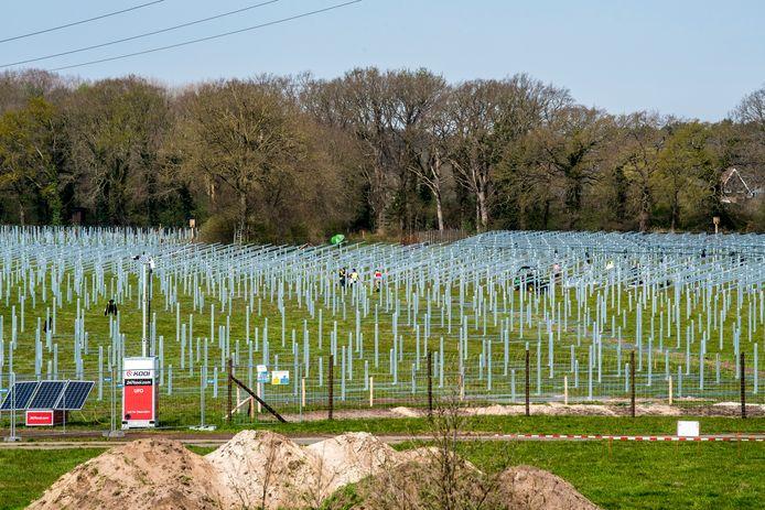Een zonnepark in aanbouw tussen de Schukkinkweg en de N35, nabij Glanerbrug.