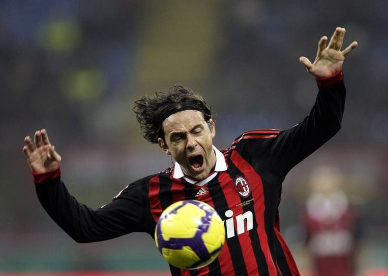 Inzaghi wordt -duidelijk tegen zijn zin- teruggefloten. Beeld UNKNOWN