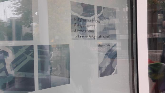 Het winnende gedicht in de vitrine van het Osse gemeentehuis.