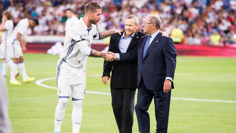 Ramos schudt de hand van de nieuwe erevoorzitter van Real Madrid, Paco Gento.