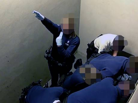 """La policière qui a effectué un salut nazi sort du silence: """"C'était juste un mime"""""""