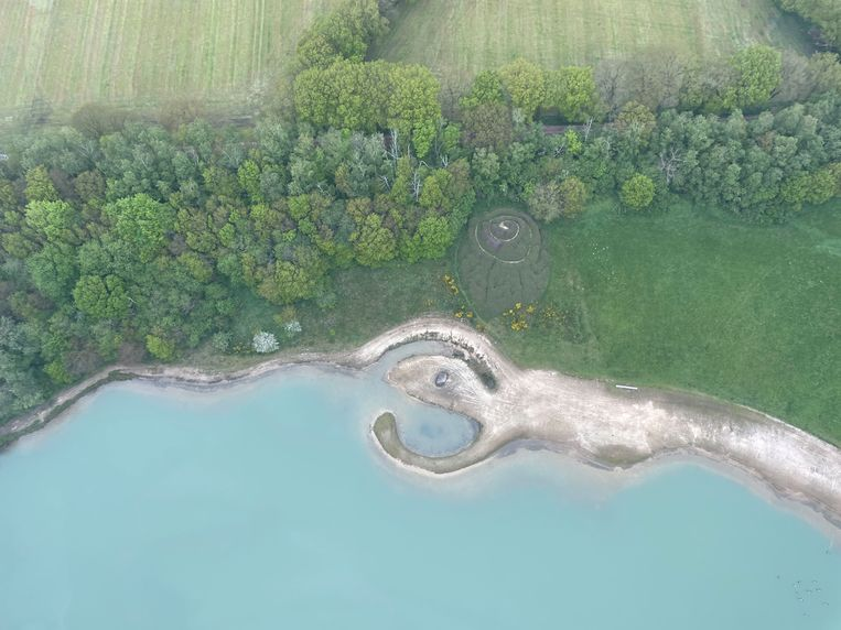 Luchtfoto van het landartwerk Broken Circle/Spiral Hill van Robert Smithson bij Emmen. Beeld Land Art Contemporary/Holt/Smithson Foundation, Licensed by VAGA at ARS