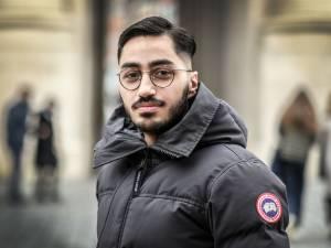 """Journalist Alexandro Yaramis (23) is gezicht van campagne '2 prikken, 1.000 party's' in Ieper: """"Geen risicopatiënt en toch was corona een hel voor mij"""""""