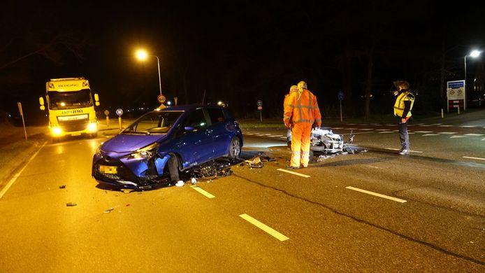Zowel de motor als ook de auto raakten zwaar beschadigd bij het ongeluk.